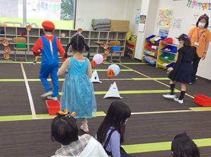 放課後クラブ北浦和校 秋フェス2020 マジックハンドで小さいキャップをたくさん運ぼう!