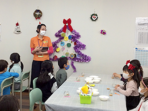放課後クラブ北浦和校 素敵なキャンドルをつくってみましょう!みんな真剣に先生の話を聞いています