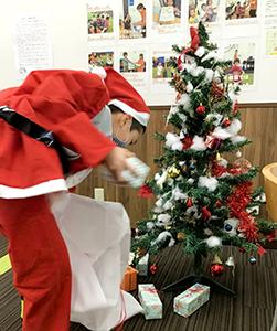 放課後クラブ戸田下前校 次はサンタさんになりきり、プレゼント運び競争。