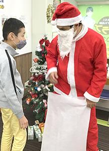 放課後クラブ戸田下前校 クリスマスイベント 本物のサンタさんがサプライズ登場!!2